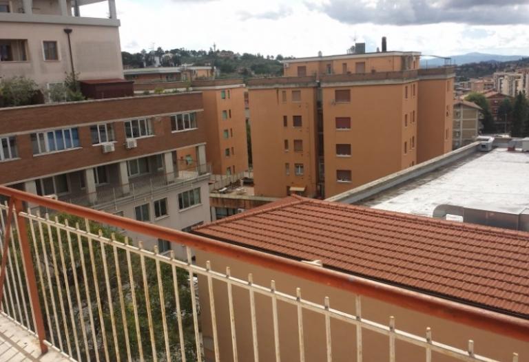 appartamento con terrazzo. Rif. 700a